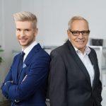 vater_und_sohn_arbeiten_zusammen_in_einer_firma