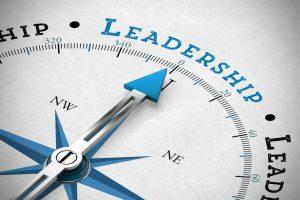 Pfeil_von_einem_Kompass_zeigt_in_Richtung_Leadership