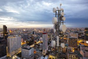 5G-Mast in einer Großstadt. Bürger fürchten sich vor elektrischer Strahlung