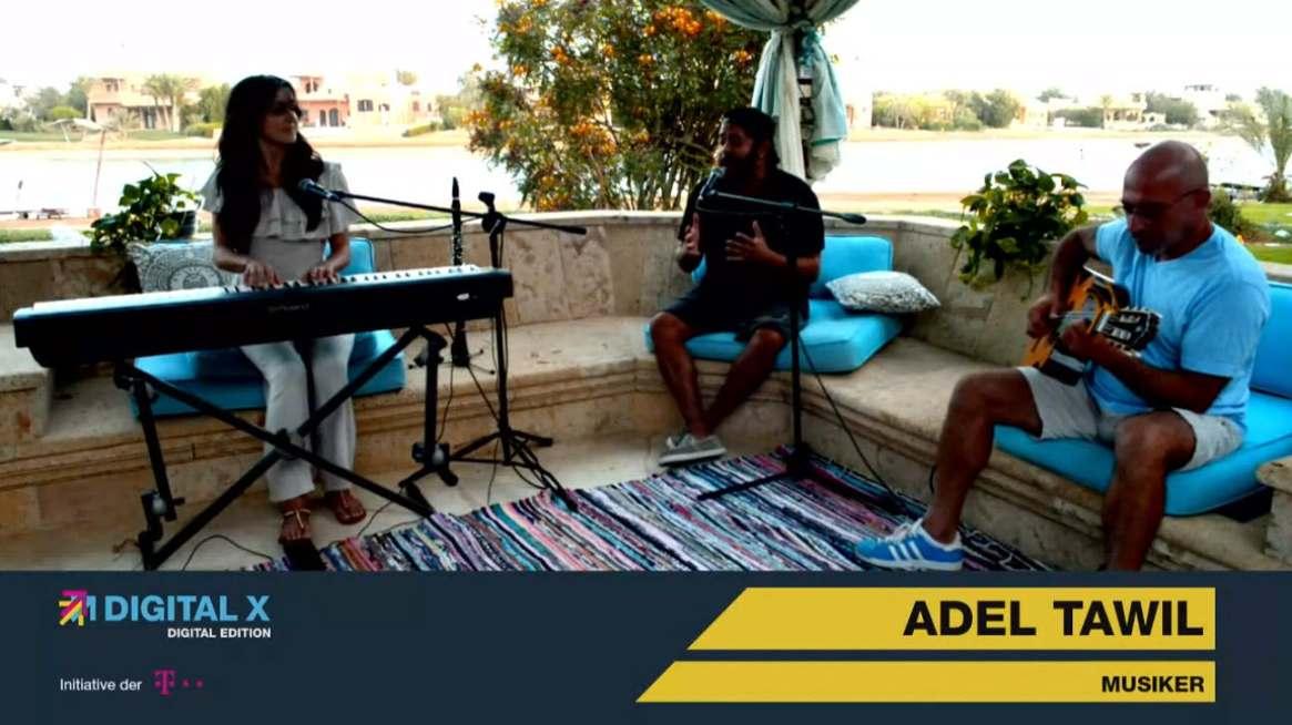 Adel Tawil gibt Wohnzimmerkonzert im Rahmen der Digital X