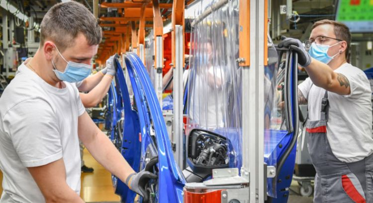 Coronakrise: Audimitarbeiter mit Maske in Produktion