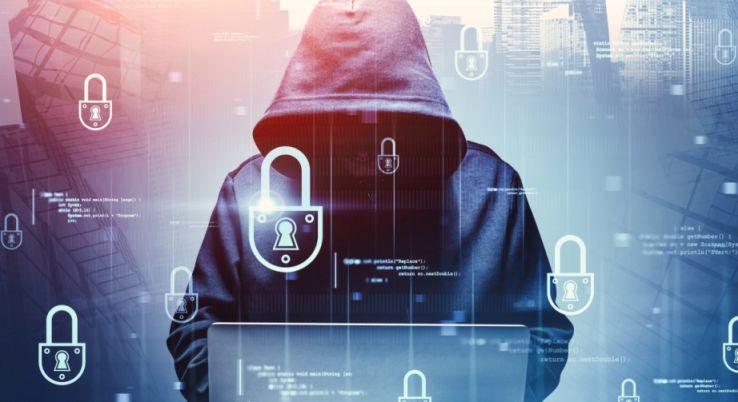 Hacker mit Kaputzenpulli und Laptop