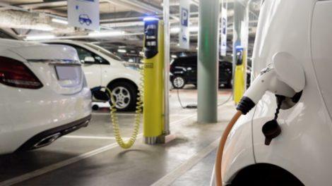 Elektroautos an Ladestation