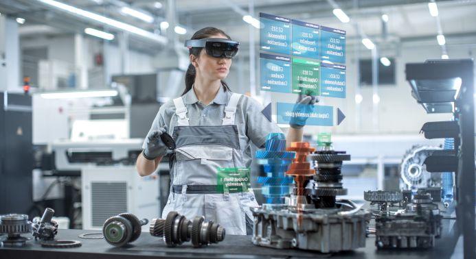 Mitarbeiterin in Fertigung mit Augmented Reality Brille