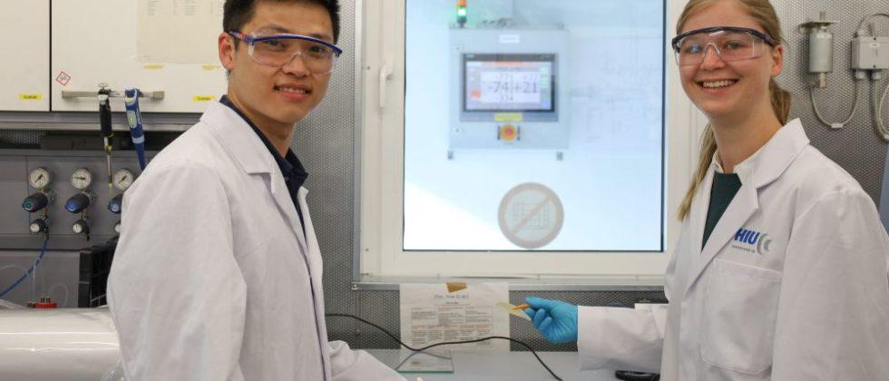 Mann und Frau im Labor forschen an der Feststoffbatterie