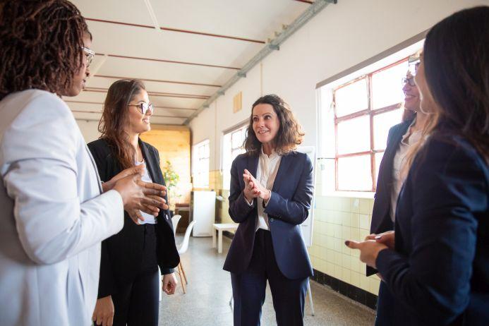 """Laut einer Studie von PwC rutscht Deutschland beim """"Women in Work Index"""" auf Rang 21 von 33 OECD-Ländern ab. Frauen im Bürogespräch"""