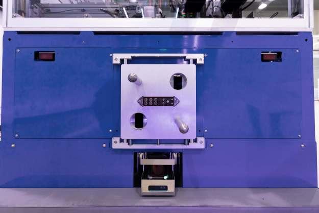 Schnittstelle mit dem modularen Steckverbindersystem CombiTac und großen Führungsvorrichtungen zum automatischen Verbinden von Fertigungsmodulen. Bild: Stäubli