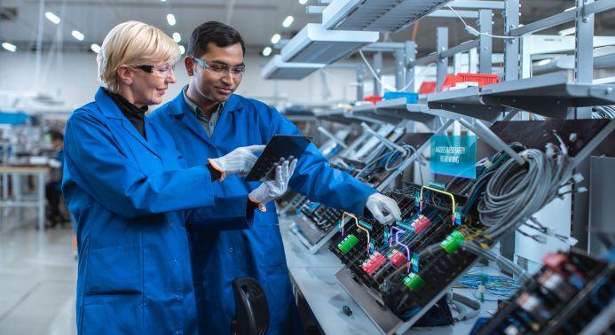 Iiot-Fertigung zwei Mitarbeiter mit Tablet