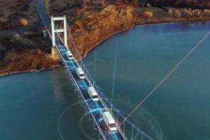 iiot-getrackte Fahrzeuge auf Brücke
