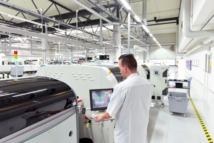 Maschinenbau Halle Industrieblick adobe.stock