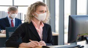 Büroangestellte mit Mundschutzmaske