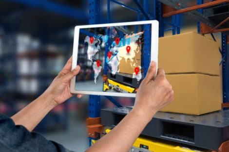 Tablet Logistik mit Supply Chain Management Software