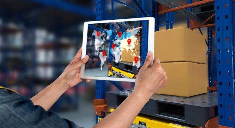 Tablet Logistik mit Supply Chain Management Software