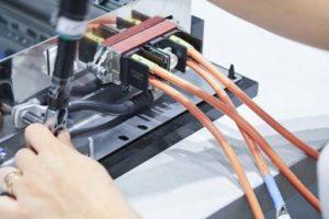 Einbau eines CombiTac-Steckverbinders mit Kabelkonfektion. Bild: Stäubli