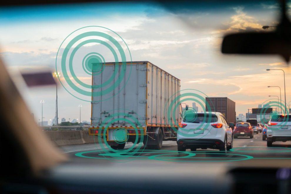 Autos und LKW im Stau auf der Autobahn