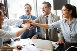 Zufriedene Arbeitskollegen im Büro