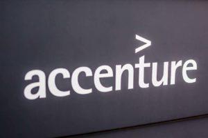 Accenture Logo in München. Die Unternehmensberatung hat Fable+ übernommen.