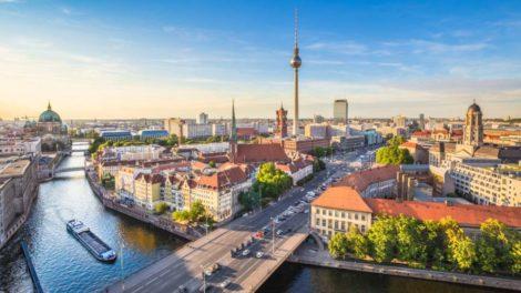 Blick auf Berlin und den Fernsehturm. Die Hauptstadt bleibt unter Arbeitnehmern die beliebteste in Deutschland.