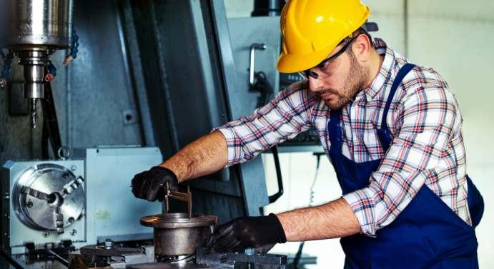 Die Zahl der Kurzarbeits-Anzeigen im Maschinenbau ist auf ein Rekordniveau gestiegen. zorandim75 Adobe Stock
