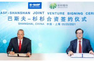 Markus Kamieth, Vorstandsmitglied der BASF SE und Yonggang Zheng, Vorstandsvorsitzender von Shanshan, bei der virtuellen Unterzeichnung des Joint-Venture-Vertrags.