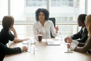 Schwarze Frau als Chefin eines Unternehmens. Laut BCG-Studie weiterhin die Ausnahme. fizkes/Adobe Stock
