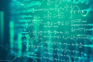 Algorithmen an einer Glaswand: Der Bitkom stellt fest, dass KI sehr selten in Unternehmen eingesetzt wird