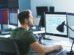ITler vor zwei Bildschirmen. In der IT-Branche sollen 20.000 neue Stellen geschaffen werden.