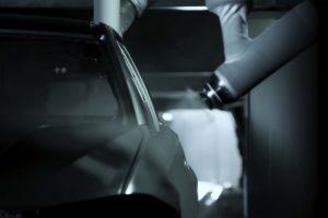 Hier wird mit der Lackierung begonnen. Bild: BMW Group