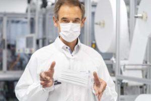 Bosch-Chef Dr. Volkmar Denner nimmt die Spezialanlage zur Fertigung von Mund-Nasen-Bedeckungen in Betrieb.