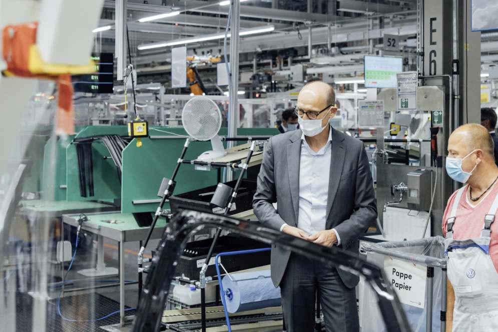 Ralf Brandstätter lässt sich im Werk Zwickau zum Start der Serienproduktion des ID.4 die Fertigungslinie im Bereich Türmontage erklären. Bild: Volkswagen AG