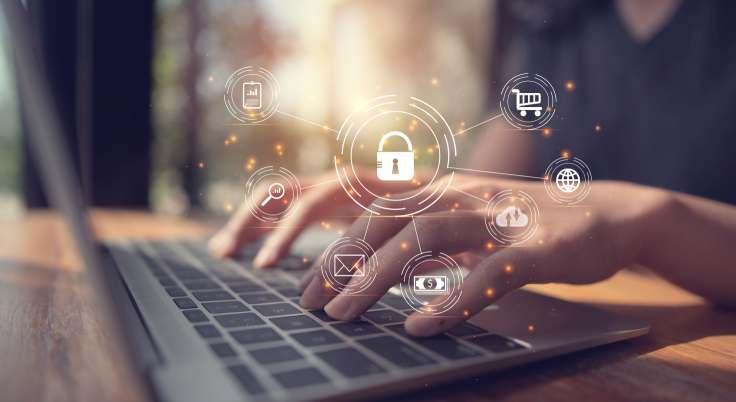 Cyber-Sicherheitslogo vor einem Laptop im Homeoffice. Oft machen sich Mitarbeiter keine Gedanken um IT-Sicherheit am Heimarbeitsplatz. Bild: Looker_Studio/Adobe Stock