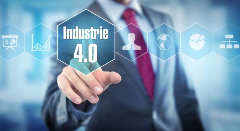 Manager drückt auf einen Knopf, auf dem Industrie 4.0 steht. Das Mindset der Mitarbeiter entscheidet über den Erfolg der Digitalisierung.