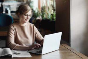Junge Frau arbeitet von Zuhause aus. Capgemini hat in einer Studie gezeigt, dass mobiles Arbeiten die Produktivität erhöht.