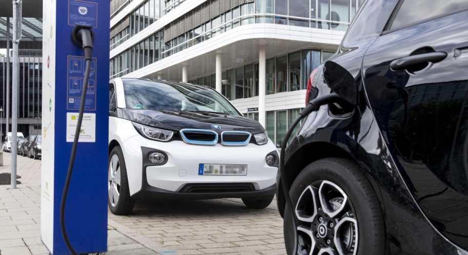 Cloud-Dienst von Bosch: Ein BMW an der E-Auto-Ladesäule