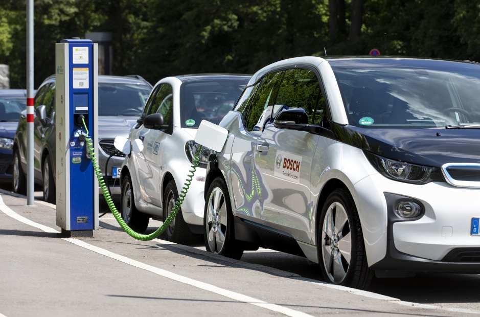 Cloud-Dienst von Bosch: Auto an der E-Ladesäule