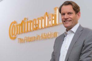 Nikolai Setzer (49), neuer Vorstandsvorsitzender von Continental, vor dem Firmenlogo.
