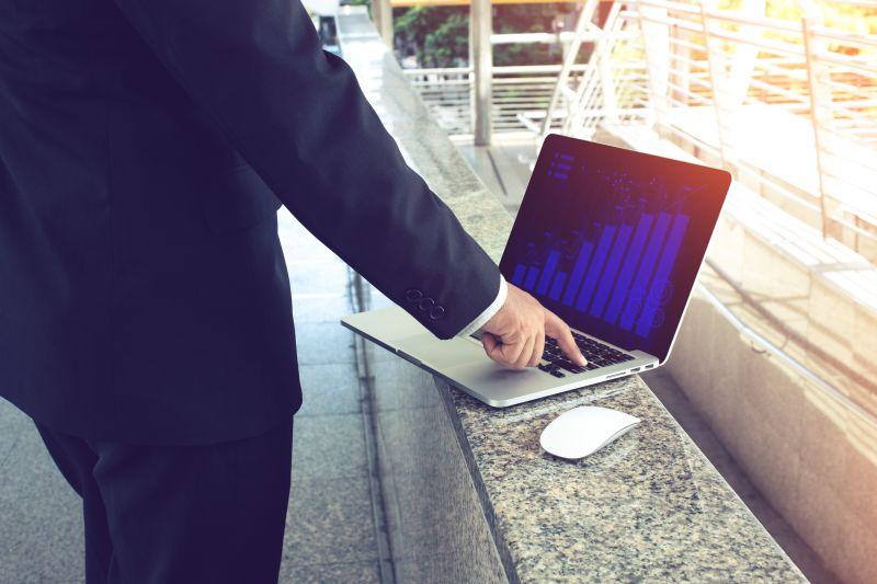 Cyberangriffe Mitarbeiter mit Laptop