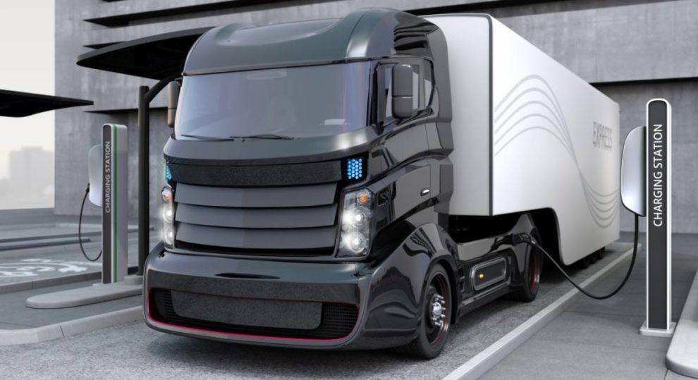 Lkw an der Ladesäule. Daimler, Traton und Volvo kooperieren.