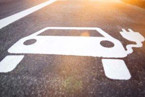 E-Auto-Symbol auf der Straße. Deloitte geht davon aus, dass die Bundesregierung ihr Ziel verfehlt.