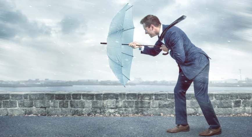 Mann im Regen, Resilienz in stürmischen Zeiten. Nur 22% der deutschen Unternehmen sind gut auf die Zukunft vorbereitet.
