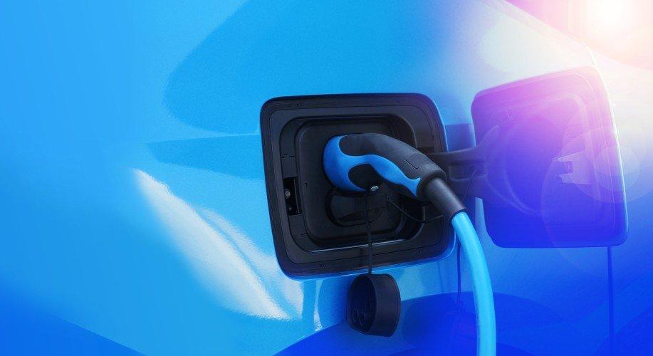 Elektroauto wird mit Strom aufgeladen