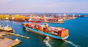 Exporte im Maschinenbau gehen zurück. Containerschiff im Hafen. Bild: Photo Gallery/Adobe Stock