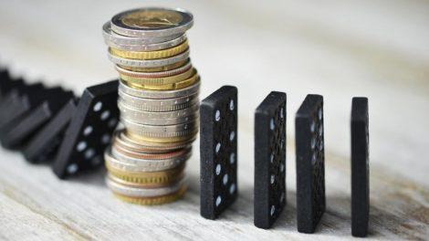 Dominosteine Geld Konjunkturabschwung EY Studie
