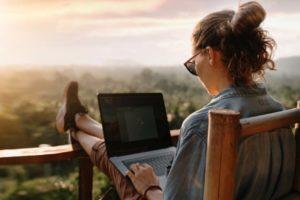 Studie Homeoffice EY Frau im Urlaub