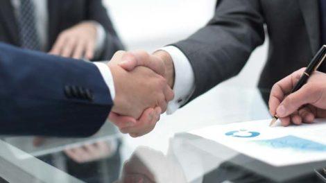 Händeschütteln Handshake nach Vertragsabschluss EY-Studie