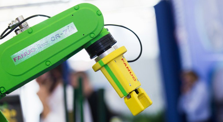 Fanuc liefert Roboter an BMW Modell CR-7iA