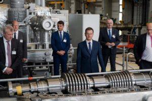 Sachsens MP Michael Kretschmer (Zweite v. r.) und Wirtschaftsminister Peter Altmaier (r.) besuchten die künftige Baustelle des Wasserstofftestlabors.