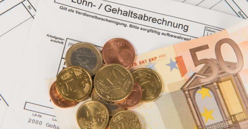 Geld auf der Gehalts- und Lohnabrechnung. DAX-Vorstände haben 2019 weniger verdient als 2018