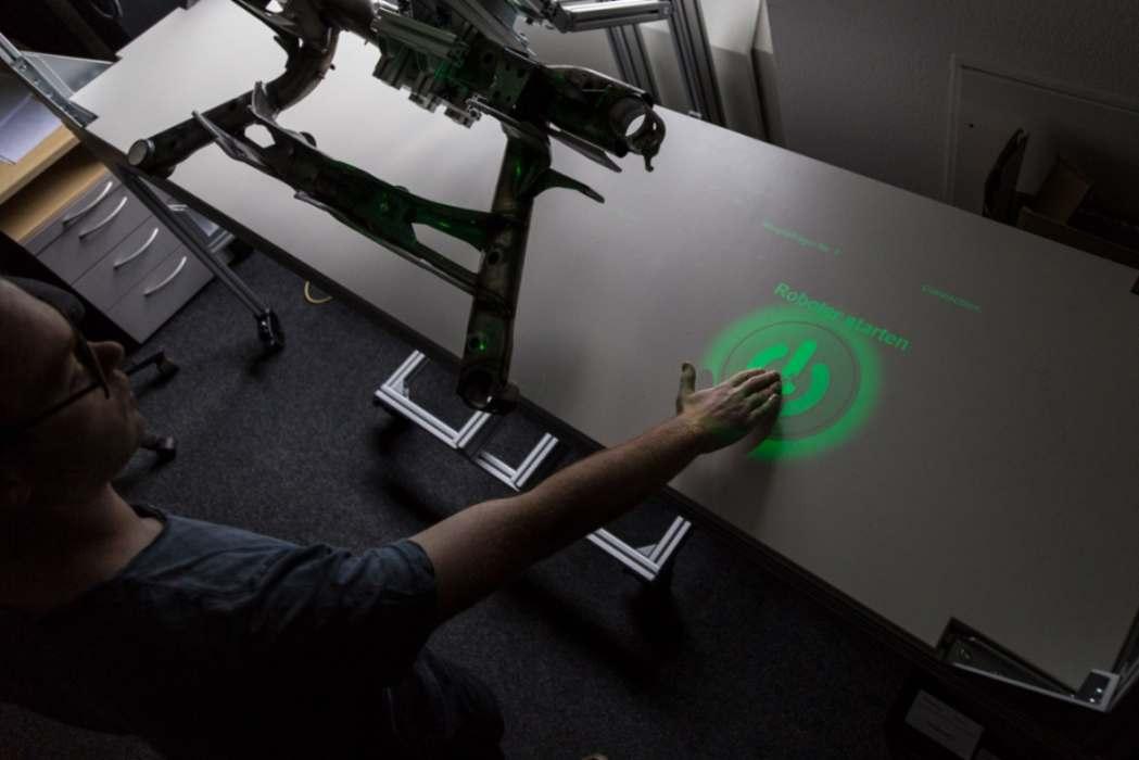 Der Roboter präsentiert das zu prüfende Werkstück in einer ergonomischen Position. Fraunhofer HHI