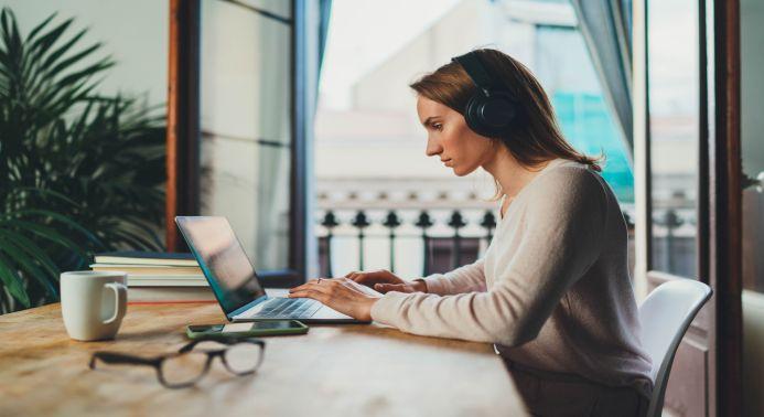 Frau im homeoffice/remote working